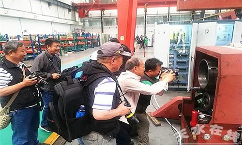 中国工业摄影协会50多人到星火机床公司采风